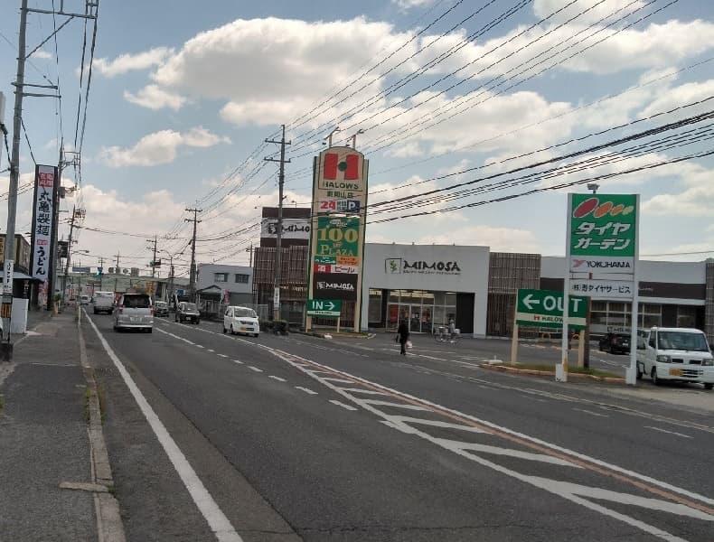 右手側に見えるハローズさんを通り過ぎ、そのまま350mほど進んだ先の交差点すぐ左手側にザ・ゴールド東岡山店がございます。