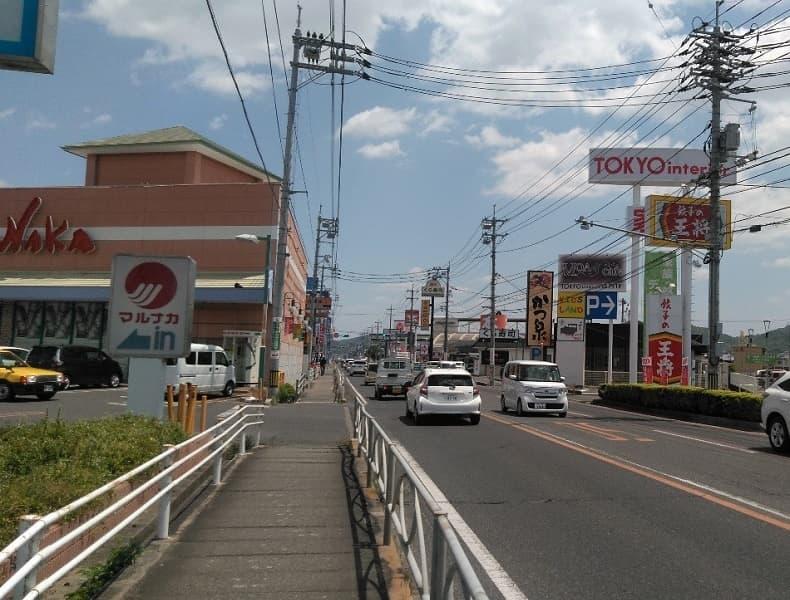 左手側に見える山陽マルナカ東岡山店さんを通りすぎ、しばらく直進します。