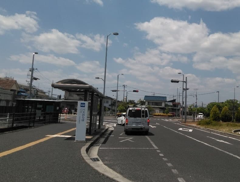 そのまま直進し、南口バス停を通り過ぎます。