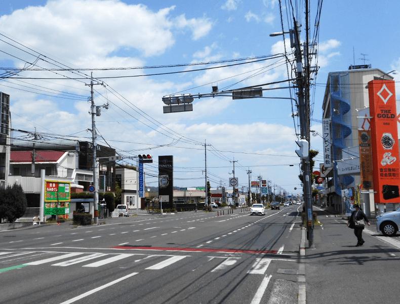 さらに直進すると反対車線側に当店が見えてきますので、右折して入店いただけます。