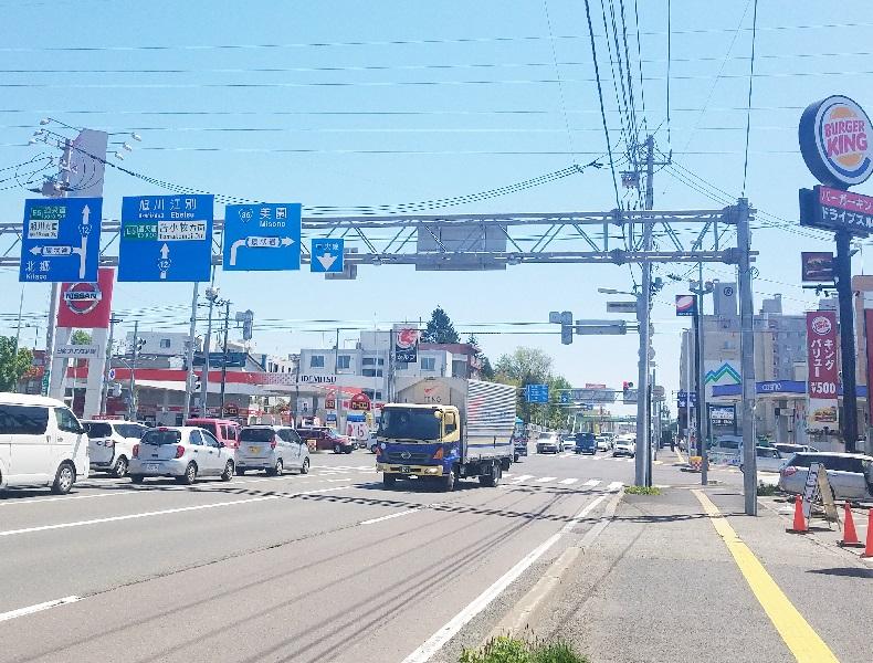 国道12号線を厚別方面に直進、環状通交差点を直進し通過します。