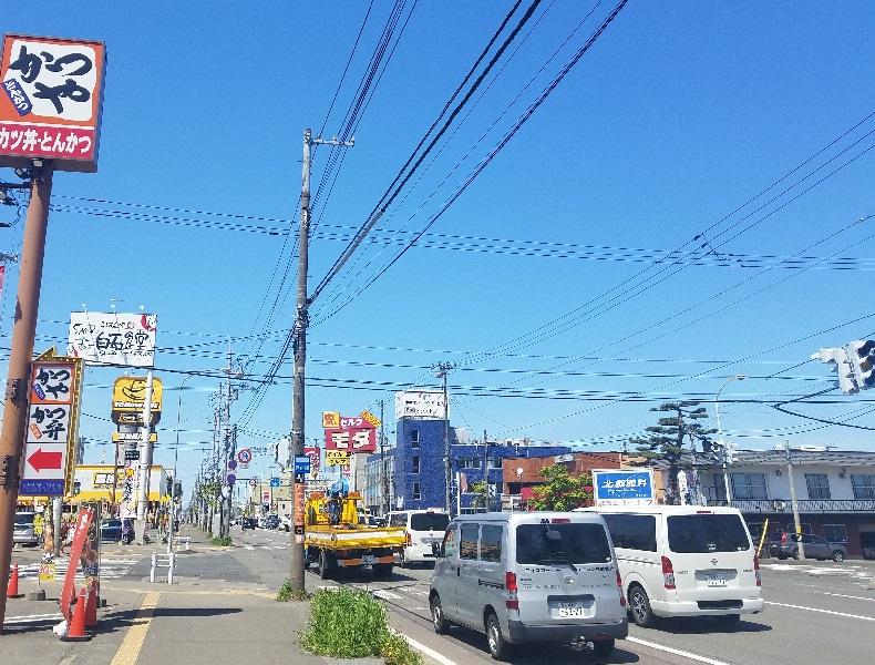 国道12号線を札幌方面に直進し、続いて水源池通り交差点も直進いたします。