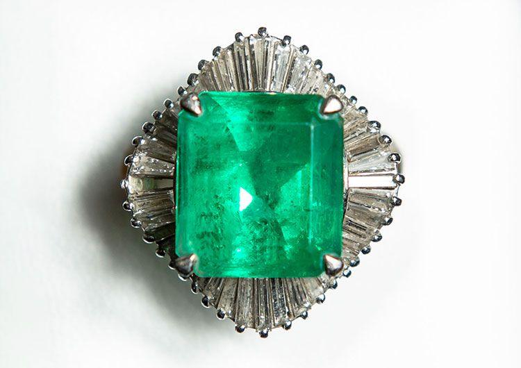 Pt エメラルド9ct テーパーダイヤモンド取巻リング